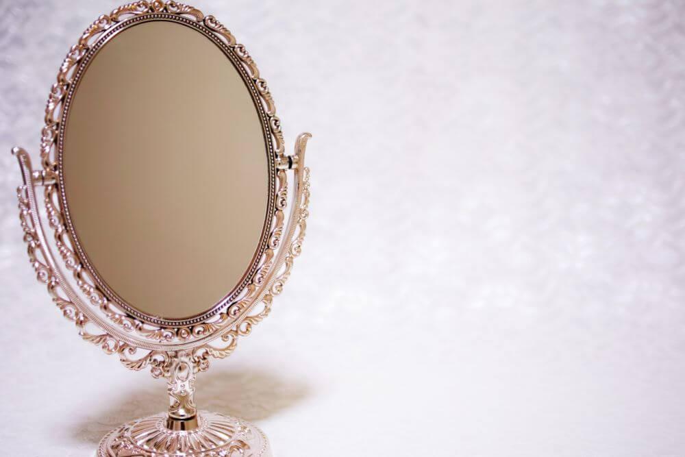 アンティークの鏡を置いている状態