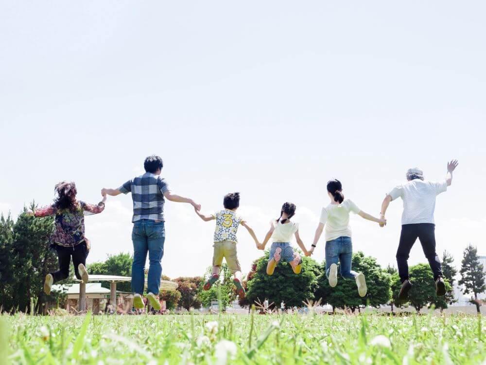 家族で一斉にジャンプしている写真