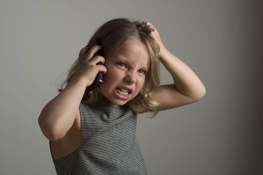 スマホで話ながら怒っている子ども