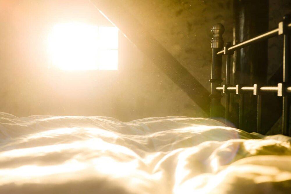 朝日が差し込むベッドルーム